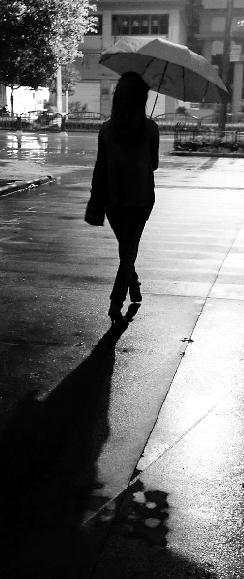 深夜,姜女士回家时孤独的背影.本报特约记者 俞跃 摄