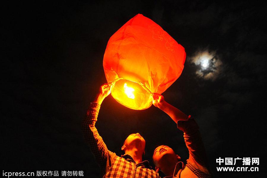 2012年9月30日,中秋节夜晚,忠少和强少来到公园放飞孔明灯。