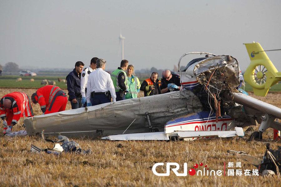 飞机残骸 原标题:荷兰两架飞机相撞致2人死亡(高清组图) 当地时间2012年10月22日,荷兰德龙滕市,两架飞机发生相撞事故后坠毁,造成2人死亡。图为事故现场,相撞的飞机坠落在一片牧场上,相距几百米远。图片来源:cfp
