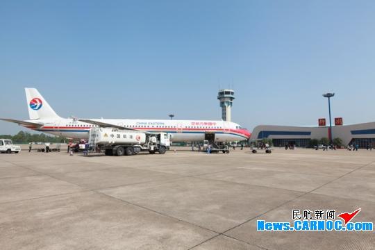 图:11月1日起柳州机场引进空客A321执飞上海虹桥航线。摄影:贾寅 民航资源网2012年10月31日消息:11月1日开始东航采用178座的A321飞机执飞上海虹桥-柳州航线。航班号MU5203/5204,上海虹桥起飞时间08:10,10:40到达柳州,柳州起飞时间11:35,13:45到达上海虹桥。 空客A321飞机是欧洲空中客车工业公司研制的双发动机中短程客机,为空客A320的改进加长型,飞机长度44.