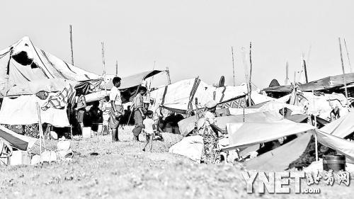 10月31日,缅甸罗兴亚难民聚集在临时避难所   ■新华/法新(1 /1张)
