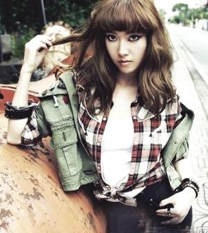 郑秀妍为杂志拍摄的画报中尽显复古的街头风色彩,厚重的齐刘海搭配图片