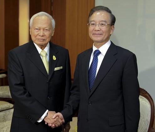 温家宝会见泰国枢密院主席炳·廷素拉暖