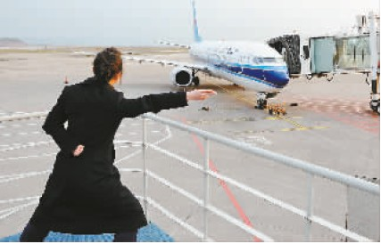 重庆机场地勤服务人员在一航班起飞之际比出了这个经典手势