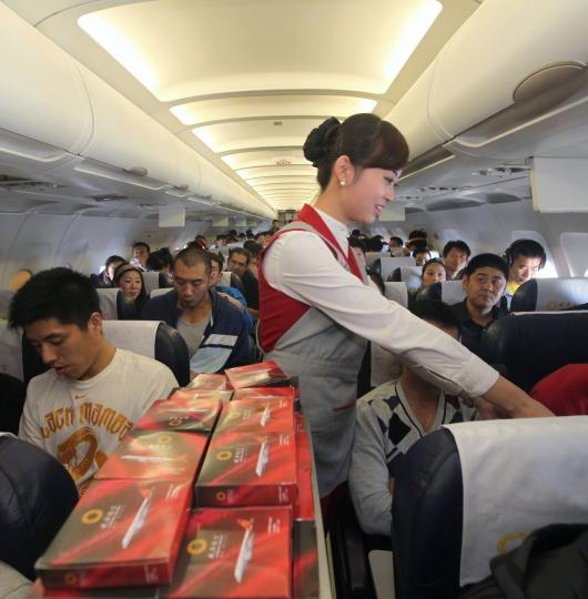 成都航空乘务员向cba队员赠送成都航空飞机模型