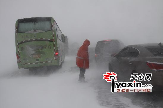 图为:抢险人员通过大型器械清理道路积雪。  通讯员 李小华 摄 据了解,玛依塔斯路段每年冬季都会出现风吹雪,风力高达9级以上,瞬间风力达10级,垭口处部分路段能见度为零。当日上午,省道201线K61公里处一辆油罐车侧滑横在路面上,占了三分之二的路面,车头掉下路基,很快该路段有车辆拥堵现象。刹那间风吹雪就把车辆围拢,致使有些车辆被困在积雪中,垭口处积雪厚度达1米多深。 新疆塔城公路管理局额敏分局玛依塔斯风雪抢险基地人员立即调运机械抢险,该路段于当日13时20分实施交通管制,双向封闭交通。抢险人员海拉提说,