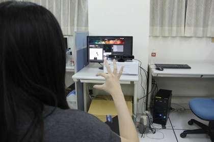 """台湾中正资管系学生利用Xbox游戏传感器设计的""""智能型实时台湾手语翻译系统"""",能把手语实时翻译成文字。图片来源:台湾媒体"""