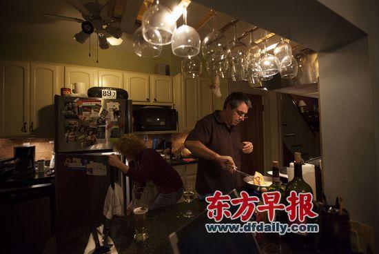 鲍勃在厨房里忙碌。冰箱上贴着奥巴马的竞选标语。