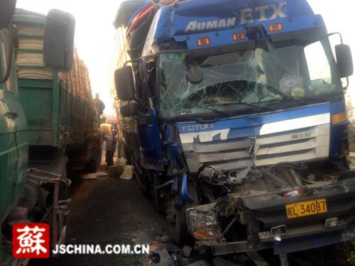 宁杭高速江苏段同一地点两起车祸 5辆重卡受损