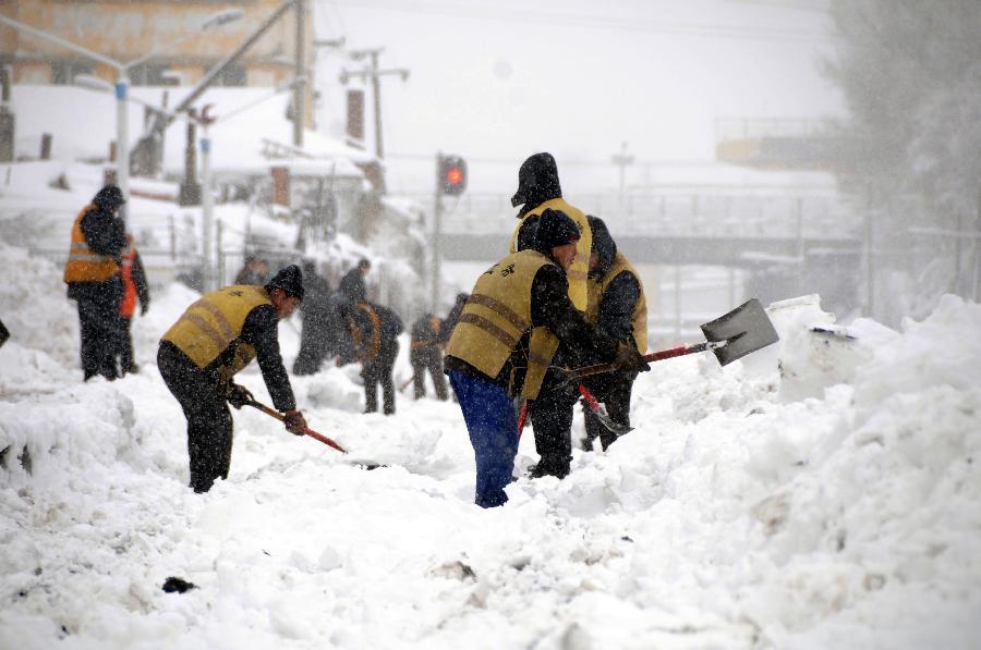 鹤岗火车站全力排雪抢险保畅通