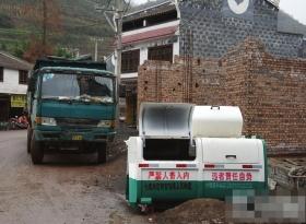 """毕节市在5名少年闷死垃圾桶的事情之后,将""""严禁人畜入内,违者责任自负""""12个大字印在了当地的垃圾桶上。图片来自微博"""
