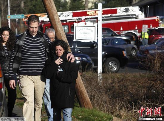 图为枪击案遇难者家属。