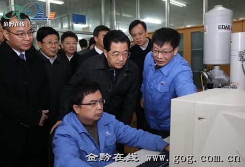 12月4日,胡锦涛主席在中电振华信息产业有限公司生产车间,仔细察看电容器生产流程。