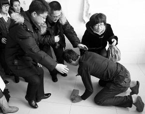 接过捐款,男孩父亲下跪感谢好心人-烧伤少年首次植皮很成功