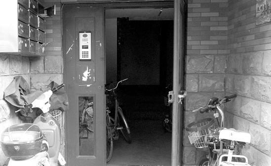 锦绣汇城小区不少单元的防盗门没有锁死,基本上成了摆设。