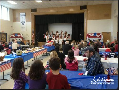 Sandy Hook小学四年级的学生在退伍军人节为老兵表演节目。图片来源于Sandy Hook小学校长Dawn Hochsprung遇害前在个人推特发布照片的截图。