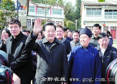 12月3日,胡锦涛主席在黔西县乌骡坝村,向当地群众挥手致意。