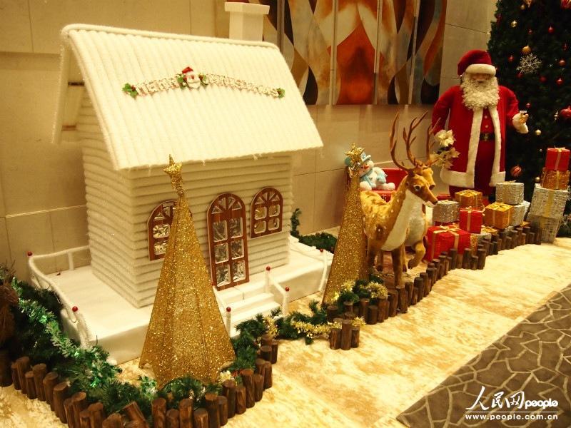 香港一居民小区会所内布置的圣诞装饰物.(摄影:曹海扬)