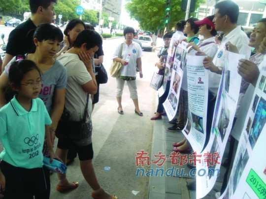 家长团在街头宣讲,为随迁子女争取异地高考权利。