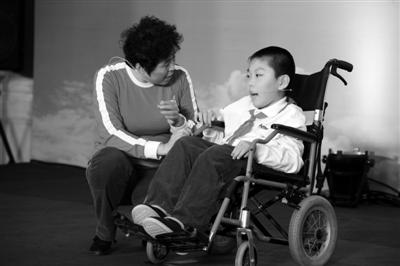手语大赛中,志愿者梁国君与小患者程可表演的《志愿者梁姐的一天》感动了台下很多观众。