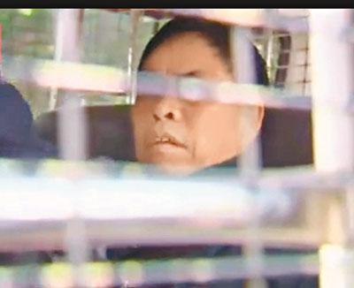 """报称误购""""六合彩""""程序光盘赴港到马会理论的内地男子。 图片来源:香港有线电视画面"""