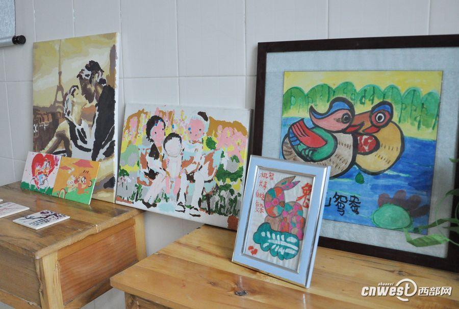 高清组图:为智障儿童组织的艺术作品爱心义卖