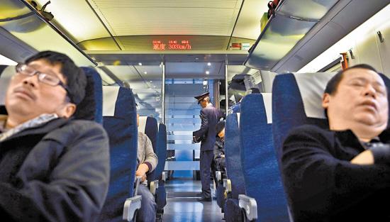 高铁上的商务舱,座位要宽敞不少,不过价格也媲美飞机票了.