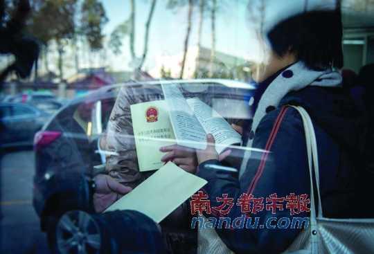 非京籍家长到北京市教委送《宪法》、《教育法》。
