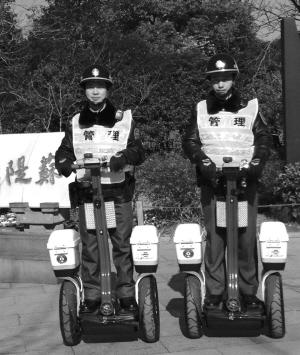 滚动新闻 > 正文   原标题:花港公园有了电动单人执法车 前天,两辆很