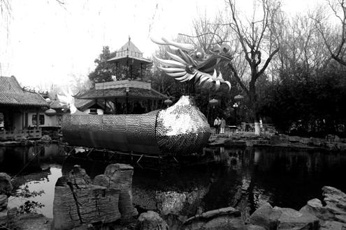 整个长达9米的龙舟灯组体现环保主题,由6000张废旧光盘扎制而成.图片