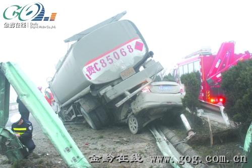 兰海高速公路油罐车与轿车相撞 致1死3伤