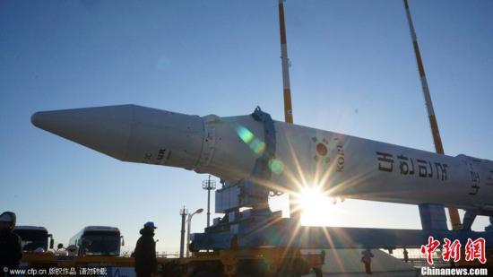 """当地时间1月28日上午,韩国首枚运载火箭""""罗老""""号(KSLV-1)正在从罗老宇宙中心发射体组装楼被运往发射台。据悉,""""罗老""""号定于30日进行第三次发射。图片来源:CFP视觉中国"""