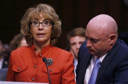 美国前议员吉福兹与丈夫——前宇航员凯利参加国会听证会。