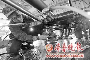 工人用搓澡巾对电力机车车顶绝缘子和受电弓进行擦拭.本报记者