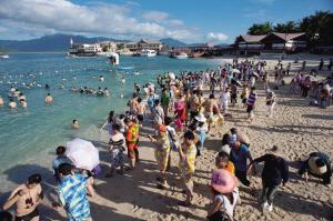 游客在海边游玩
