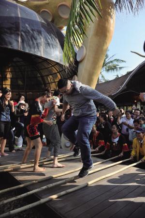 游客在景区音乐吧跳竹竿舞