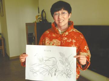 付传银展示她画的海棠。