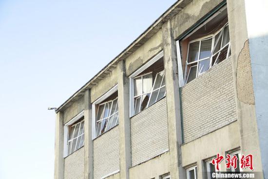 据俄新网报道,俄罗斯车里亚宾斯克州15日降下陨石雨,造成逾百人受伤,图为损坏的建筑。图片来源:CFP视觉中国