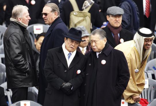 日本副首相麻生太郎(前左)头戴黑礼帽,身穿黑风衣,造型引人注目。