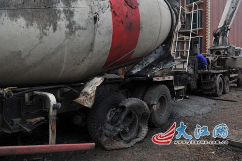 与水泥泵车连接的搅拌车轮胎也严重烧损