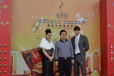 中国银行私人银行总经理石大鹏与外籍模特合影