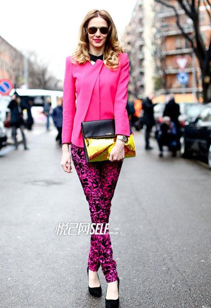 粉红色小西服怎么搭配