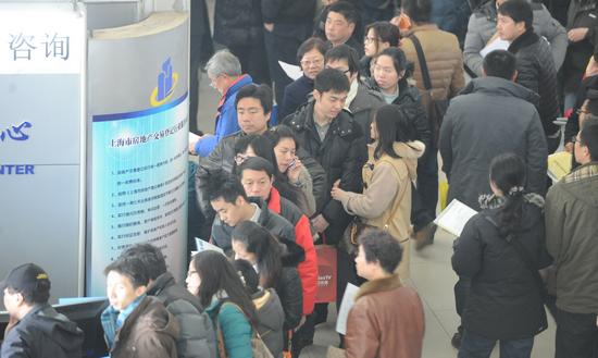 上海二手房交易中心出现排队抢过户现象