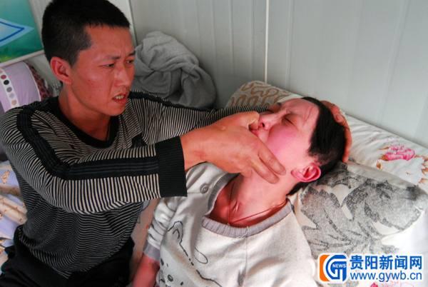 妻睡着超1小时就有生命危险 丈夫寸步不离守护
