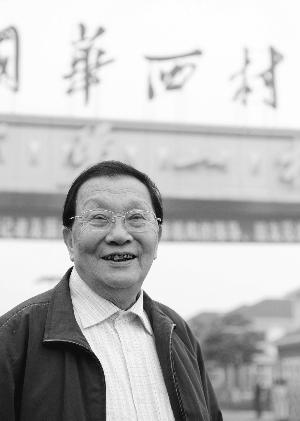 2008年10月29日,吴仁宝在华西村村口。(资料图片)新华社发