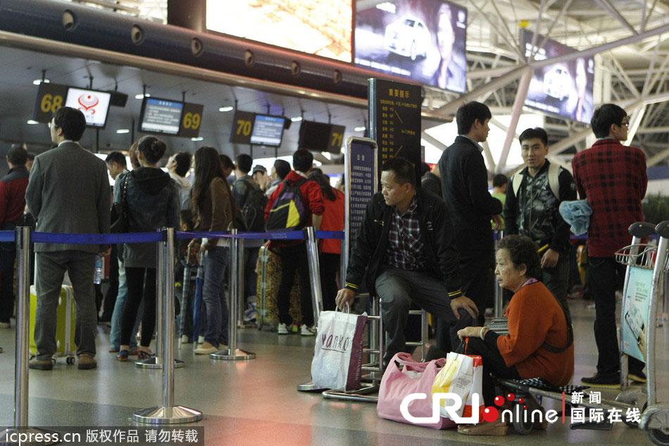 雷雨天气致深圳机场航班大面积延误 旅客情绪激动(高清组图)