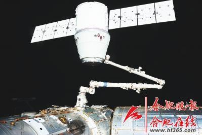 """○2012年5月25日,""""龙""""飞船被国际空间站机械手臂捕获."""