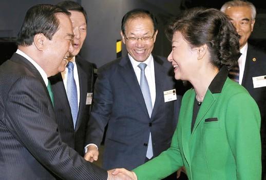 朴槿惠出席国家早餐祈祷会与在野党党首握手