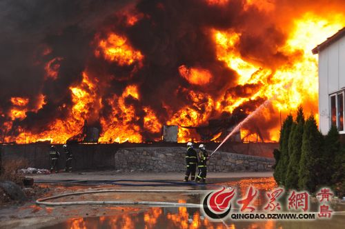 消防队员现场救火 熊戈措 摄
