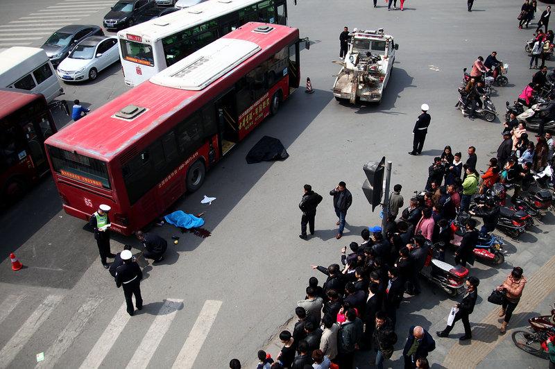 郑州11岁女孩乘电动车出车祸 头部被公交碾压致死图片